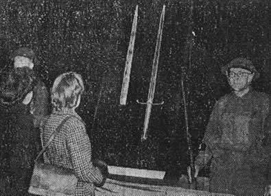 Более 15000 людей пришли посмотреть на меч Сталинграда, расположенный у башни кафедрального собора в Ковентри 9 ноября 1943 года
