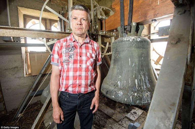 Мэр города Рональд Беккер с колоколом