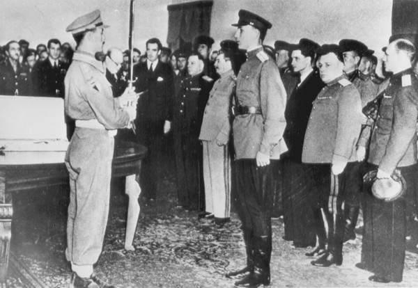Вручение Почетного меча защитникам Сталинграда - дара короля Великобритании. 29 ноября 1943