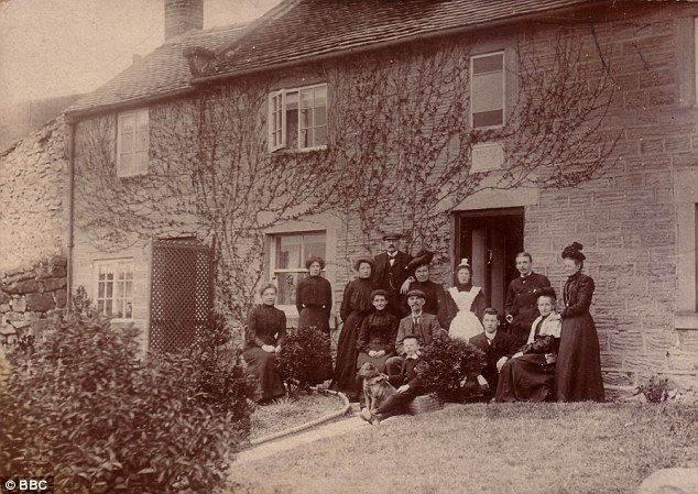 Британская семья и их одиночная прислуга (в белом фартуке), конец девятнадцатого века
