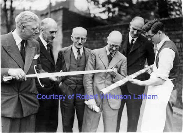 Руководство компании Wilkinson Sword осматривает меч Сталинграда перед тем, как передать его в Букингемский дворец