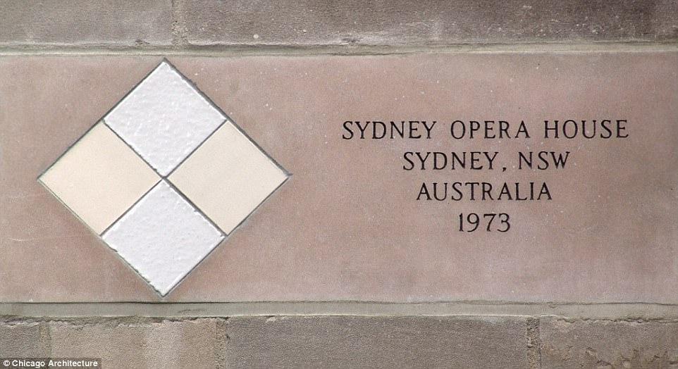 Плитки со стены Сиднейской оперы, добытые одним из журналистов в ходе строительства здания в 1973 году. В том же году здание было открыто для любителей музыки