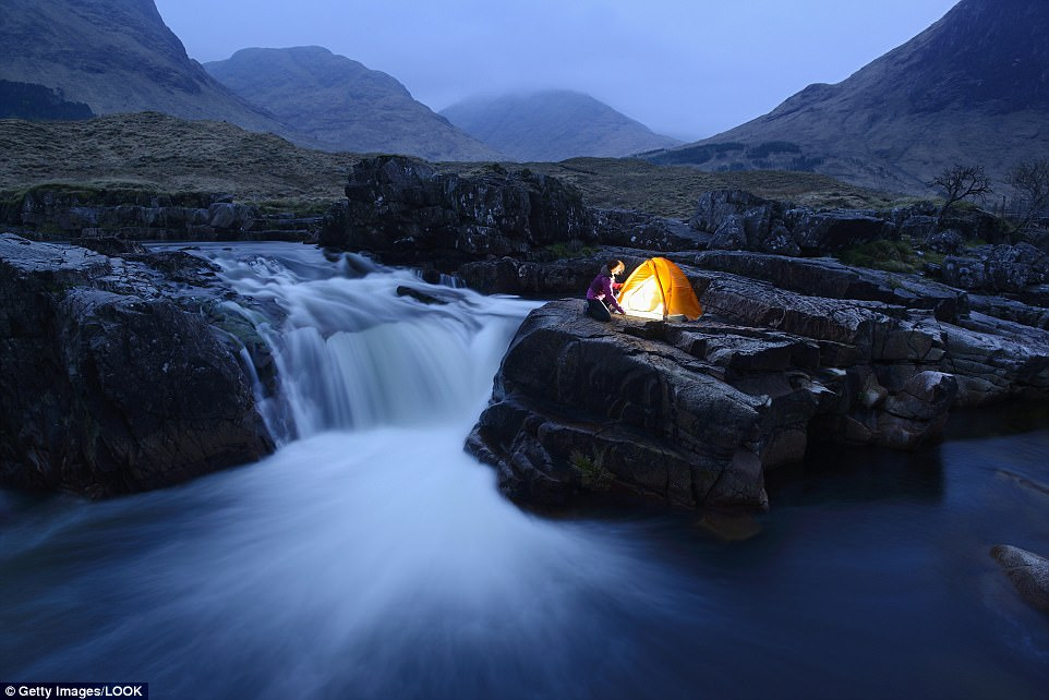 Палатка у водопада в шотландском высокогорье