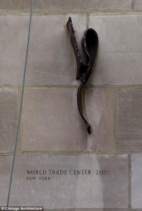 Кусок искореженного металла с места падения башен Всемирного торгового центра в Нью-Йорке.