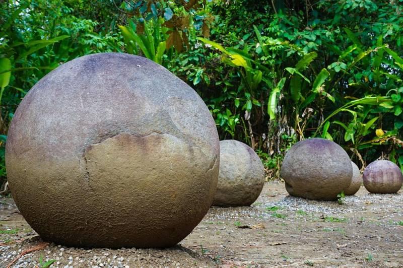 Каменные шары Коста-Рики на земле