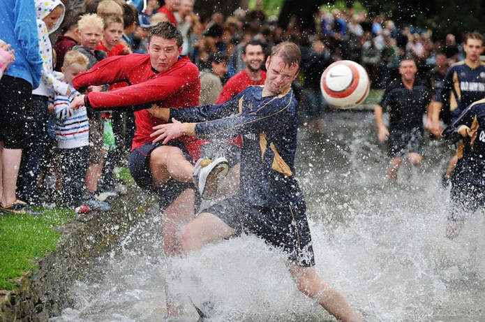 Футбол на воде реки Уиндраш британском городе Бертоне