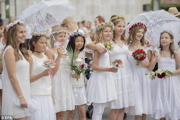 Швейцарские школьники в Ааргау празднуют Мейнзуг