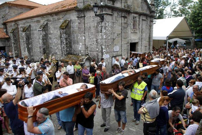 Как хоронят живого человека на празднике Святой Марты де Рибартеме