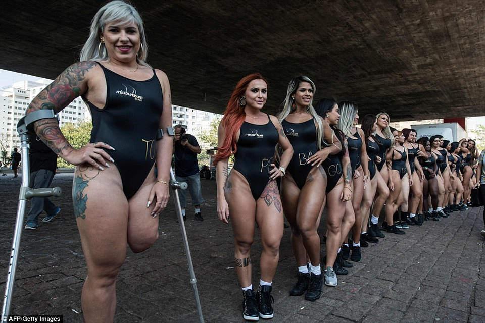 Бразильская модель Рубиа Мачадо (слева), представитель штата Токантинс, является первым участником-инвалидом, у нее ампутирована нога по колено.