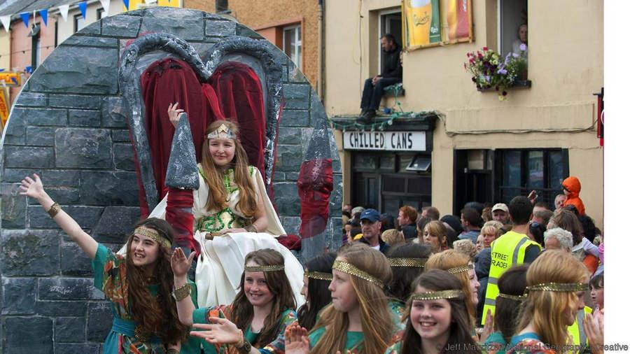 Королева Козлов (Queen of Puck) на пути к месту коронации козла на ярмарке Puck Fair