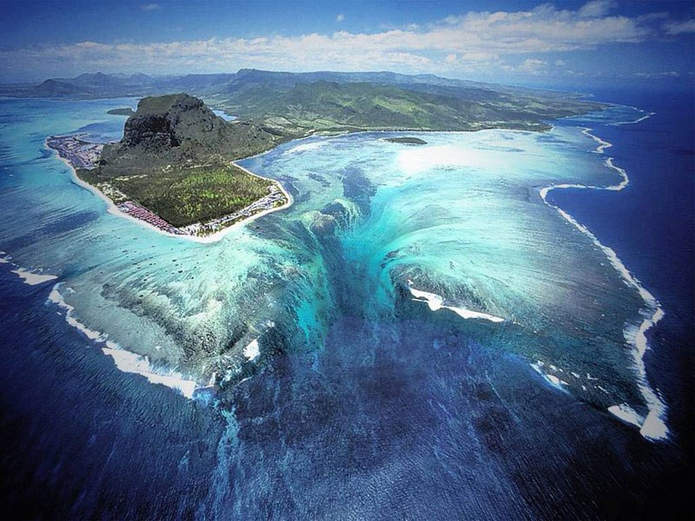 """Иллюзия """"подводного водопада"""" на полуострове Леморн Брабан (Маврикий)"""