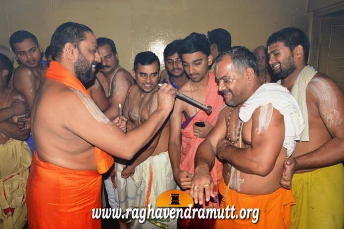 Клеймление верующих в Индии - Ритуал Tapta Mudra Dharana