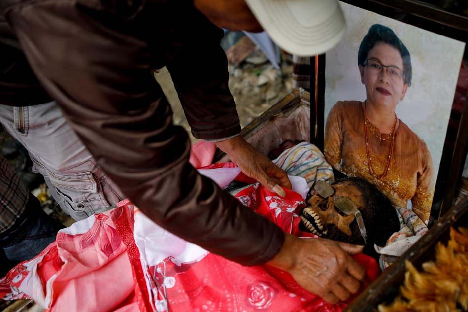 Долгие похороны и древний ритуал в Индонезии