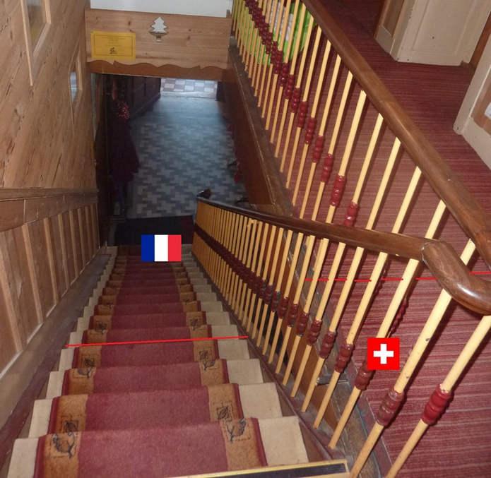 Граница пересекает лестницу и коридор