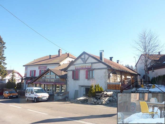 Вид на отель с французской стороны. В нижнем правом углу увеличенное изображение пограничного столба рядом со стеной дома