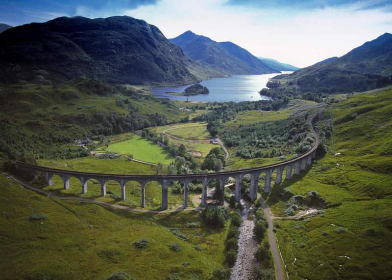 Гигантский изогнутый виадук Гленфиннан (Glenfinnan Viaduct)