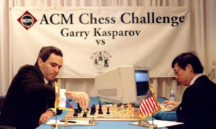 Гарри Каспаров сбивает пешку в первых ходах матча против Deep Blue, которым управляет Фэн-Сюнь Хсу