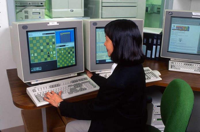 Компьютерный программист в штаб-квартире IBM в Армонке, Нью-Йорк