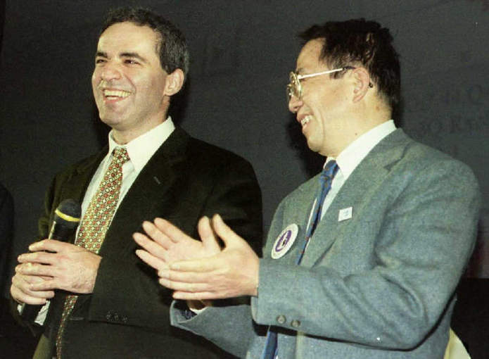 Разработчик Deep Blue приветствует Гарри Каспарова после его победы над суперкомпьютером в одной из игр
