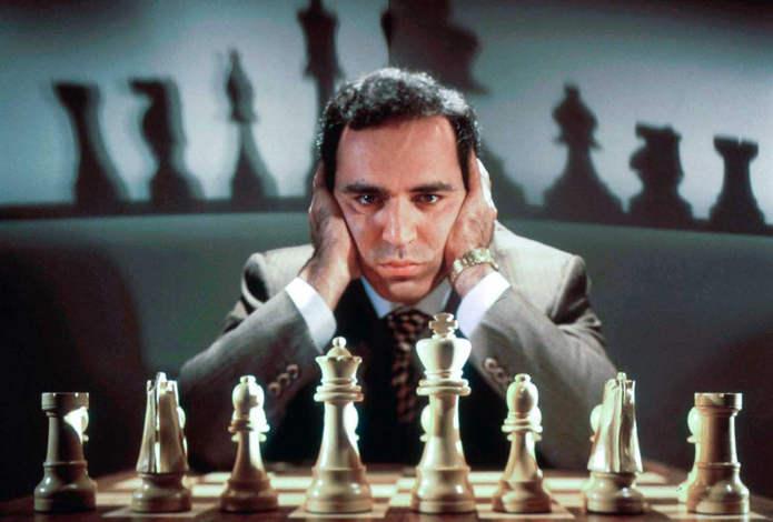 Каспаров позирует для фото во время тренировки к матчу против Deep Blue