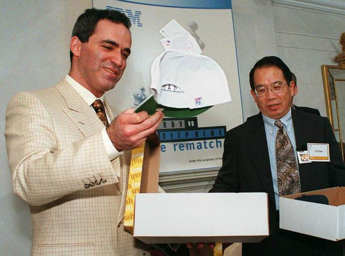 Каспаров поднимает белую шляпу, которая означает, что у него будет первый ход в его матче-реванше с Deep Blue