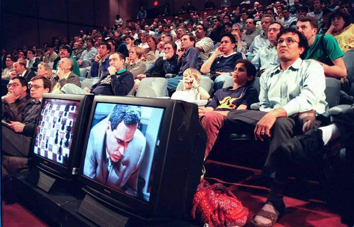 Зрители смотрят первую игру. 3 марта 1997 года