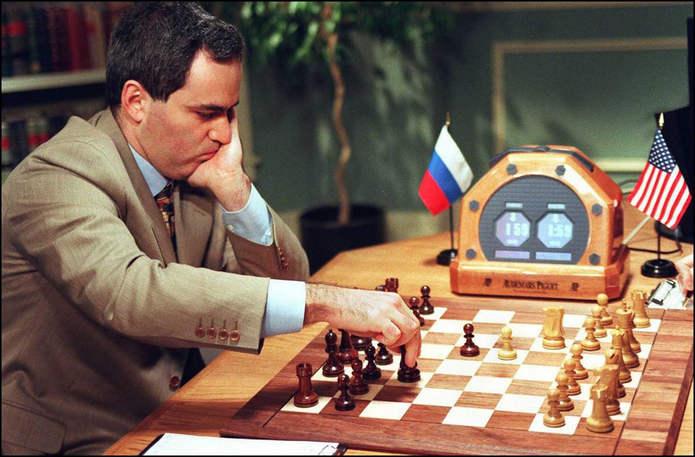 Каспаров делает ход во второй игре