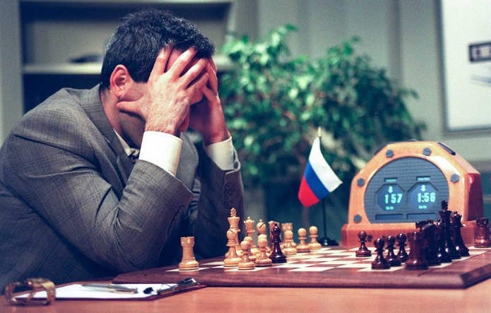 Каспаров обдумывает ход в пятой игре