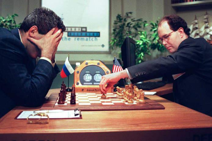 Каспаров держит голову в руках, в то время как Джозеф Хоэйн делает ход для Deep Blue в начале финальной игры. 11 мая 1997 года.