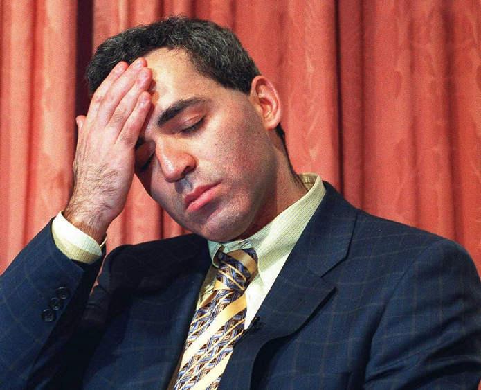 Каспаров выглядит утомленным, будучи быстро побежденным Deep Blue в финальной игре (игра заняла всего 19 ходов). 11 мая 1997 года