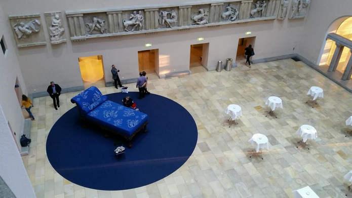 Гигантская кушетка и права женщин: памятник Эмили Кемпин-Спири в Цюрихе