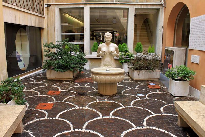 Fontana delle Tette: фонтан «женская грудь»