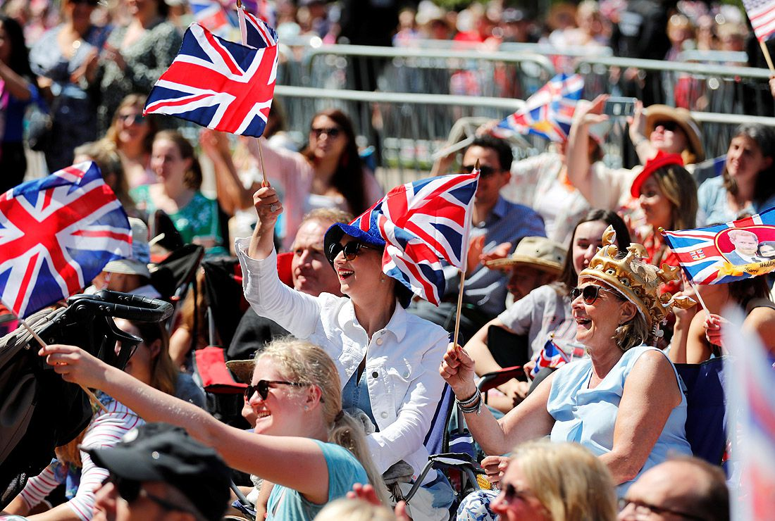 Англичане приветствуют молодоженов