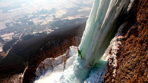 Замерзший водопад «Ледяной клык» в американском штате Колорадо