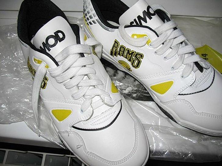 Те самые безымянные дерматиновые кроссовки, которые носили те, кому не по карману были «адики».