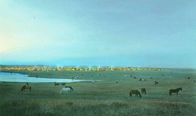 Лагерь племени сиксики с пасущимися лошадьми, штат Монтана, начало XX века