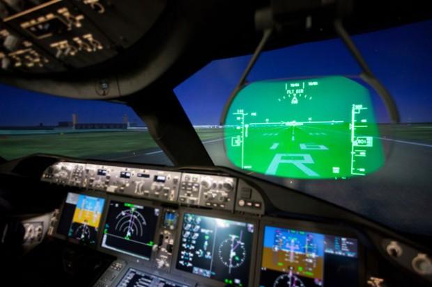 Кабина пилота Boeing 787 Dreamliner ночью