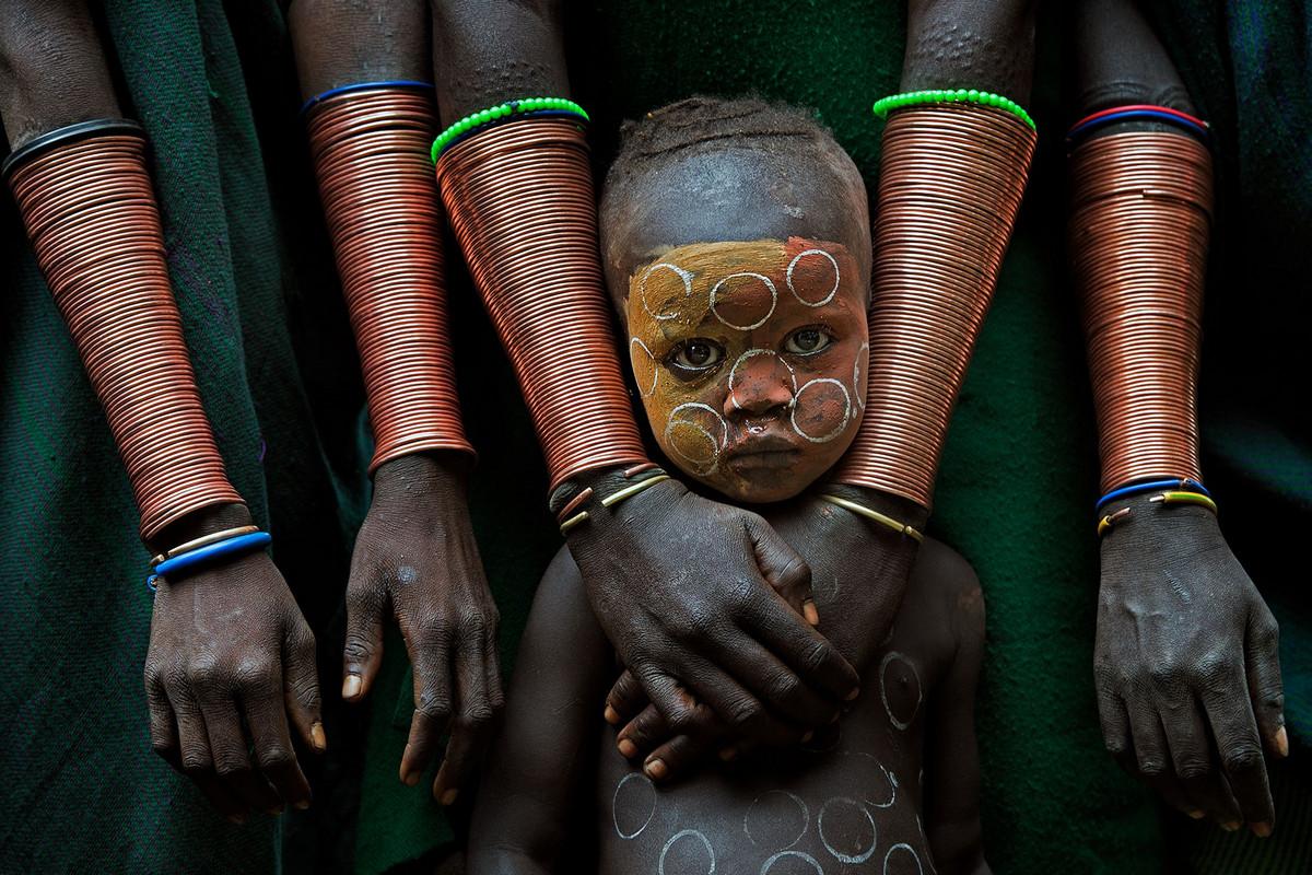 Ребёнок с ручными поделками (1 место) Фото ребенка от фотографа Дэвид Нам Лип Ли. Место: Эфиопия