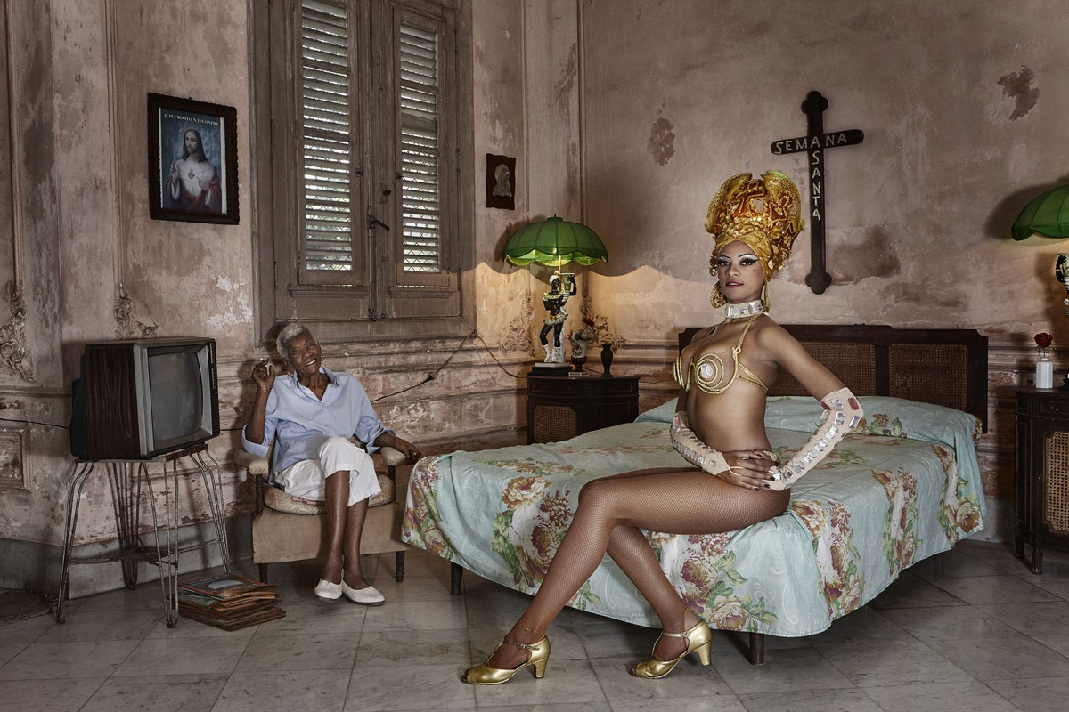 Танцовщица из кабаре «Тропикана» Джоана со своей бабушкой Автор фото: Катинка Герберт. Место: Гавана, Куба.