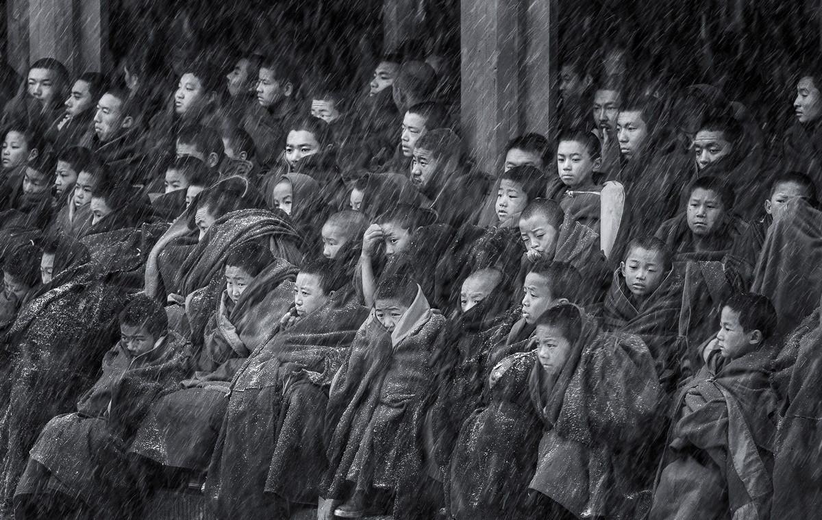 Юные ламы в метель Автор фото: Цинцзюнь Ронг. Место: храм Герденг, уезд Нгава, провинция Сычуань.