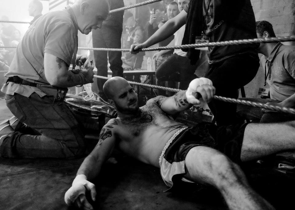 Боец кулачного боя на полу