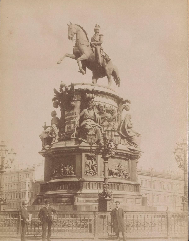 Памятник на Исаакиевской площади в Санкт-Петербурге.