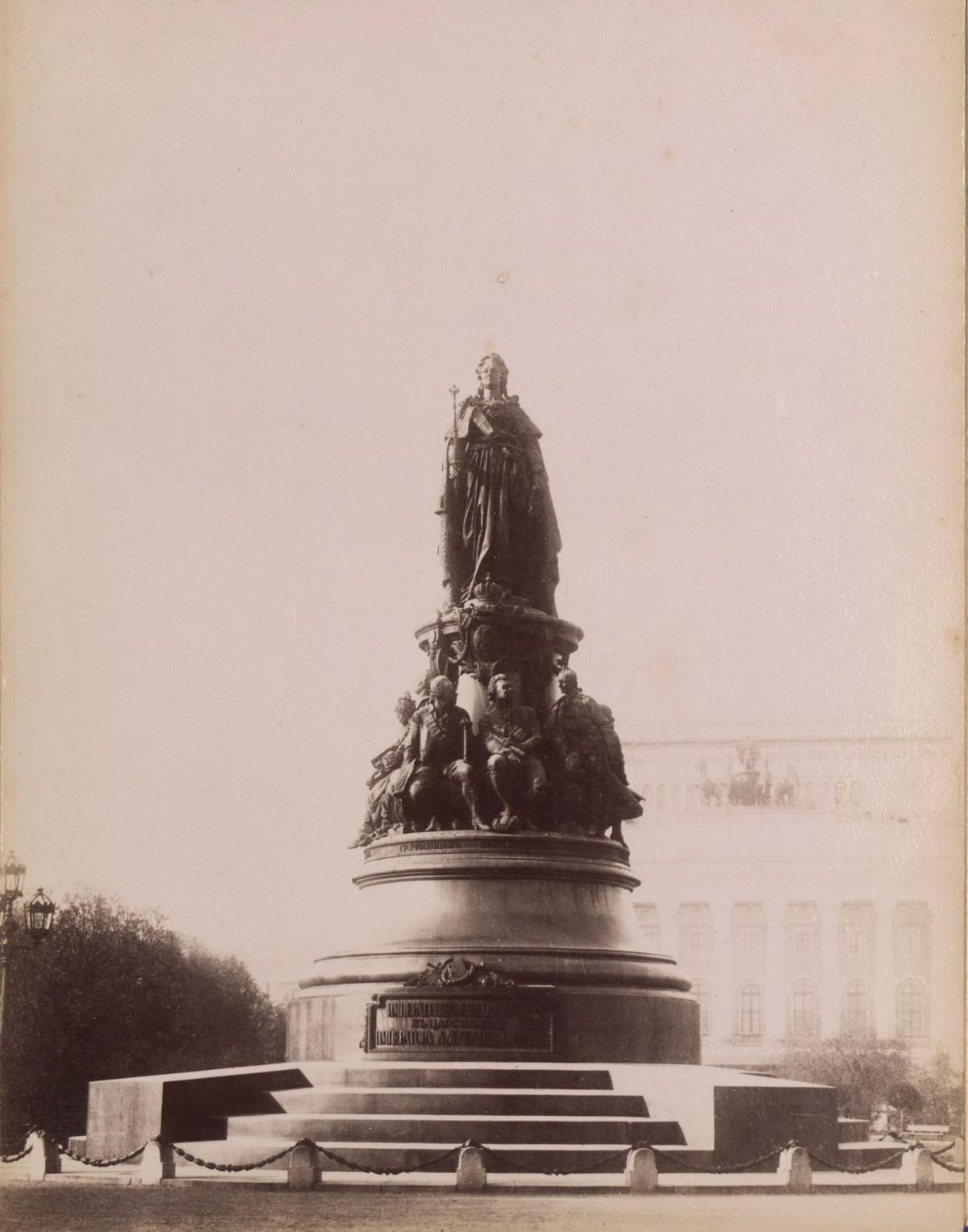 Памятник на площади Островского.