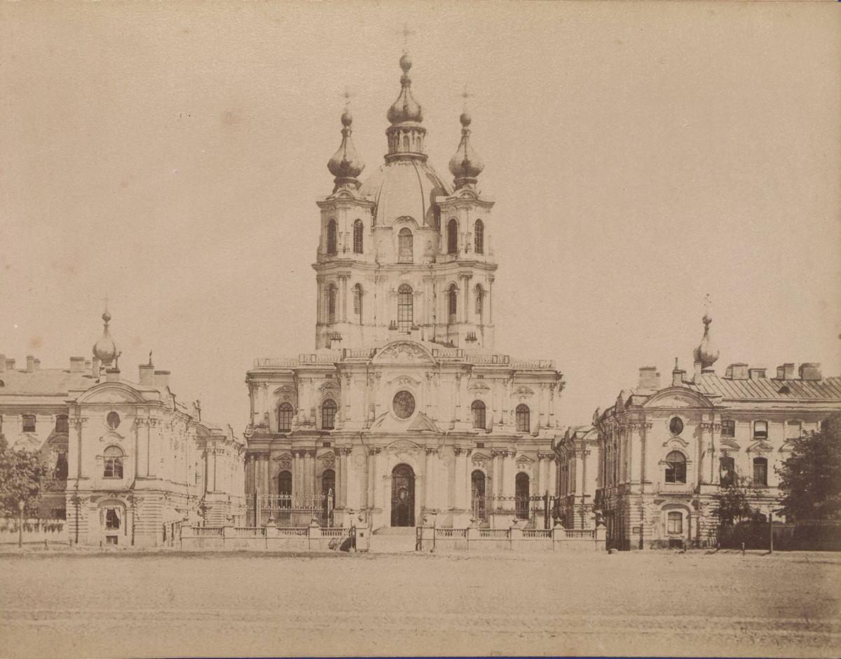 Воскресенский девичий Смольный монастырь в Санкт-Петербурге.