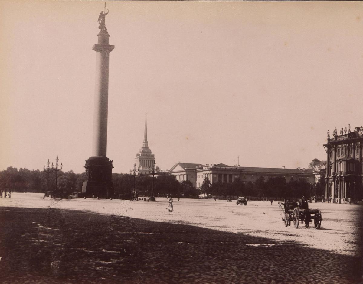 Памятник, находящийся в центре Дворцовой площади Санкт-Петербурга.