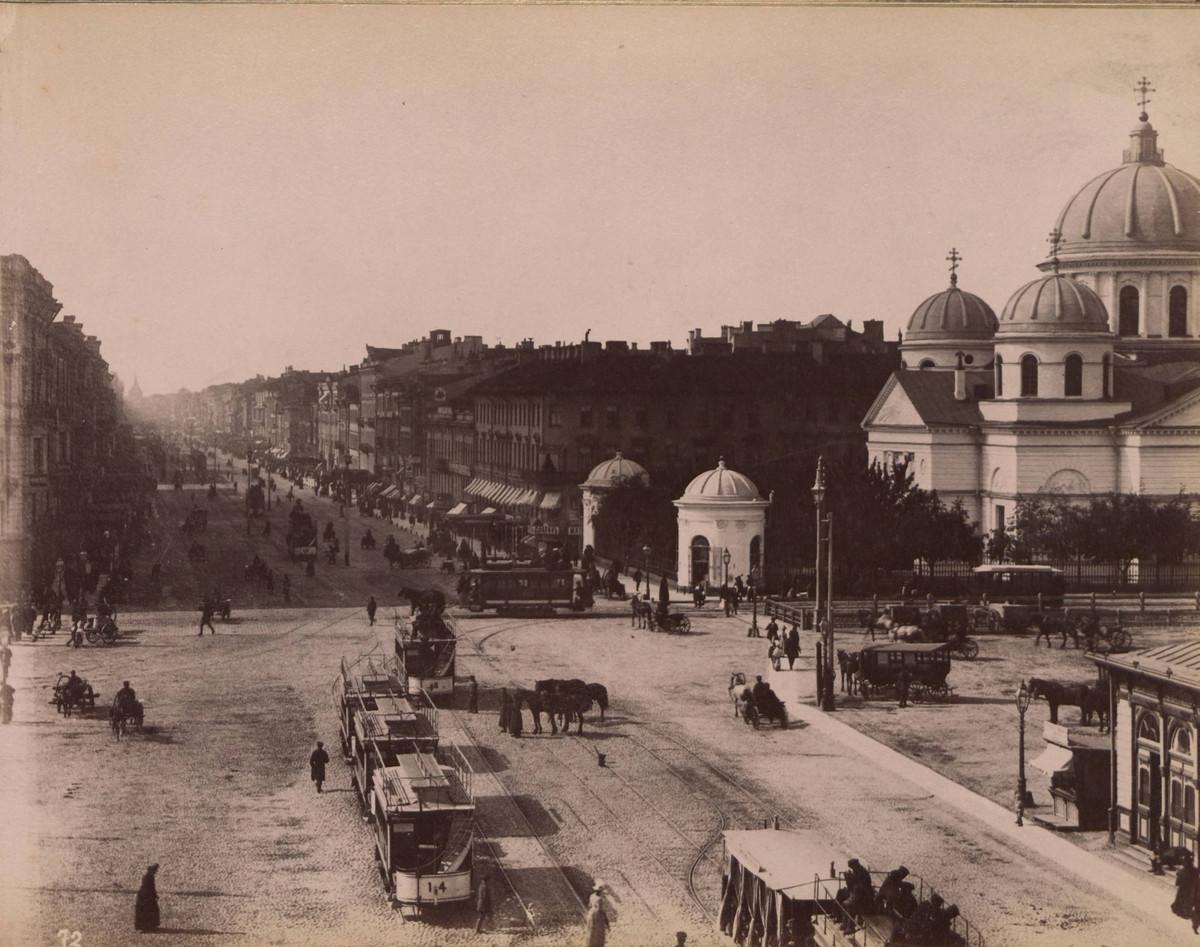 Вид на храм со Знаменской площади.