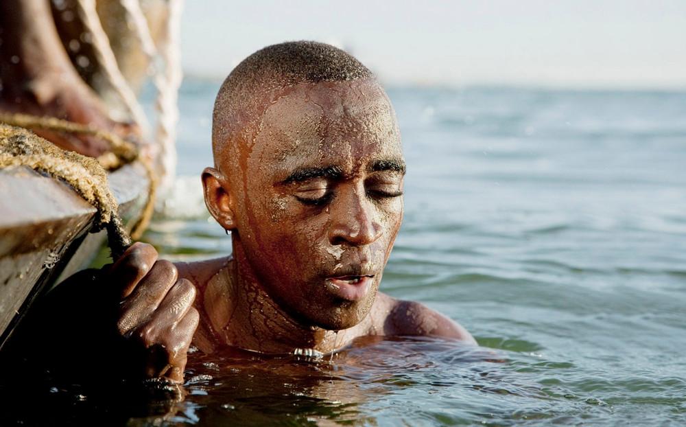 Победитель в номинации «Путешествия», категория единичный снимок. Автор фото: Филип Ли Харви. Место: река Нигер, Мали, Западная Африка. Ныряльщик собирает песок на дне реки для строительных нужд.