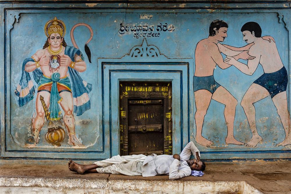 Главный победитель, портфолио. Автор фото: Стефано Пенсотти. Место: вход в борцовский зал, Багалкот, Карнатака, Индия.