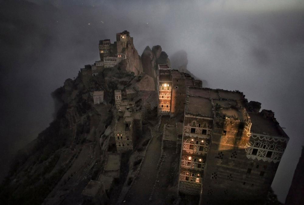 Победитель в номинации «Путешествие», категория серия снимков. Автор фото: Матяз Кривич. Место: Шугруф, Йемен. Утренний туман поднимается из долины к небольшой деревне Шугруф в горах Хараз.