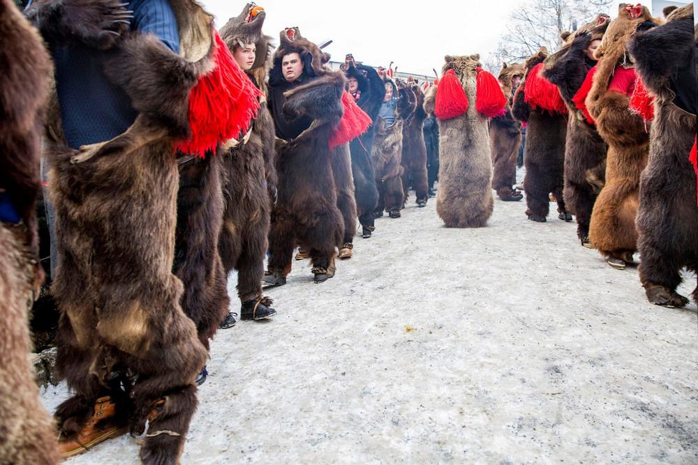 2 место в номинации «Новые таланты». Автор фото: Диана Бузояну. Место: Комэнешти, Румыния. Ритуальный танец медведя, исполняемый с использованием колокольчиков, палок и барабанов, чтобы разогнать злых духов.